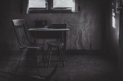 Μόνοι πίνακας και έδρα κουζινών στοκ εικόνα με δικαίωμα ελεύθερης χρήσης