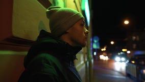 Μόνοι περίπατοι νεαρών άνδρων γύρω από την πόλη νύχτας απόθεμα βίντεο