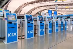 Μόνος - έλεγχος - στους μετρητές υπηρεσιών μέσα στο διεθνή αερολιμένα Kansai Στοκ Φωτογραφία