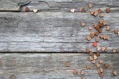 Μόνος λίγη κόκκινη καρδιά μέσω της ξύλινης καρδιάς στοκ φωτογραφία με δικαίωμα ελεύθερης χρήσης