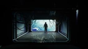 Μόνος αστροναύτης στο φουτουριστικό διαστημικό διάδρομο, δωμάτιο άποψη της γης cinematic 4k μήκος σε πόδηα