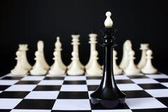 Μόνος βασιλιάς σκακιού μπροστά από την εχθρική ομάδα μάχη άνιση Στοκ εικόνα με δικαίωμα ελεύθερης χρήσης