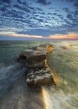 Μόνος βράχος και μεγάλο κύμα Στοκ φωτογραφία με δικαίωμα ελεύθερης χρήσης