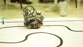 Μόνος-γίνοντα ρομπότ από τους φραγμούς Lego απόθεμα βίντεο