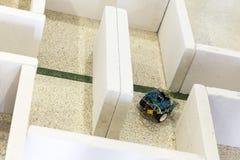 Μόνος-γίνοντα ρομπότ σε έναν λαβύρινθο Στοκ Φωτογραφία