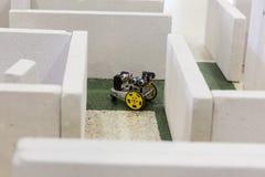 Μόνος-γίνοντα ρομπότ σε έναν λαβύρινθο Στοκ εικόνα με δικαίωμα ελεύθερης χρήσης