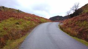 Μόνος δρόμος μέσω του εθνικού πάρκου περιοχής λιμνών στην Αγγλία απόθεμα βίντεο