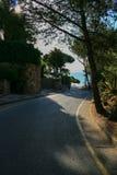 Μόνος δρόμος tarmac στην είσοδο της βίλας από την παραλία και τον τρόπο τ στοκ εικόνες
