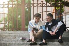 Μόνος-εκπαίδευση για τους νεαρούς άνδρες σύγχρονο ύφος οδών Στοκ εικόνα με δικαίωμα ελεύθερης χρήσης