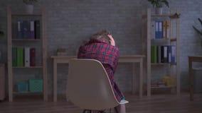 Μόνος, ματαιωμένος και λυπημένος ένα με ειδικές ανάγκες παιδί στο δωμάτιο απόθεμα βίντεο