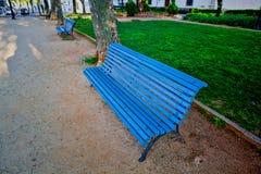 Μόνος ξύλινος πάγκος στο πάρκο Στοκ Φωτογραφία
