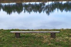 Μόνος ξύλινος πάγκος από τη λίμνη Στοκ φωτογραφία με δικαίωμα ελεύθερης χρήσης