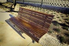 Μόνος ξύλινος πάγκος στο πάρκο Στοκ Εικόνα