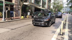 Μόνος-οδηγώντας κινήσεις αυτοκινήτων Uber στους δρόμους του Πίτσμπουργκ απόθεμα βίντεο