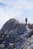 Μόνος οδοιπόρος σε μια κορυφογραμμή βουνών στοκ εικόνα με δικαίωμα ελεύθερης χρήσης