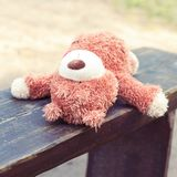 Μόνος που εγκαταλείπεται ξύλινο μόνο στο teddy πάγκων αντέχει το παιχνίδι Στοκ Εικόνες