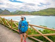Μόνος προσκυνητής με το σακίδιο πλάτης που περπατά το Camino de Σαντιάγο στοκ εικόνα
