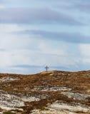 Μόνος σταυρός στο λόφο στοκ εικόνα