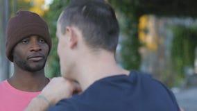 Μόνος-υπεράσπιση workout με τον εκπαιδευτή υπαίθρια Κινηματογράφηση σε πρώτο πλάνο του νέου μαύρου στην πλεκτή μόνος-υπεράσπιση ά απόθεμα βίντεο