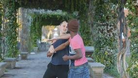 Μόνος-υπεράσπιση workout με τον εκπαιδευτή υπαίθρια Νέος μαύρος πλεκτό punching άσκησης καπέλων με τον προσωπικό εκπαιδευτή μέσα φιλμ μικρού μήκους