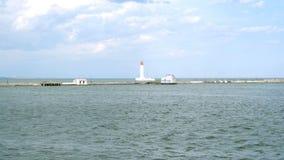 Μόνος φάρος που βρίσκεται στη θάλασσα, στο κλίμα στον κόλπο της Οδησσός, δίπλα στο λιμάνι της Οδησσός σε Μαύρη Θάλασσα απόθεμα βίντεο