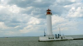 Μόνος φάρος που βρίσκεται στη θάλασσα, στο κλίμα στον κόλπο της Οδησσός, δίπλα στο λιμάνι της Οδησσός σε Μαύρη Θάλασσα φιλμ μικρού μήκους