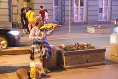 Μόνος χαριτωμένος βιολιστής ηλικιωμένων κυριών στοκ εικόνα με δικαίωμα ελεύθερης χρήσης