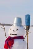 Μόνος χιονάνθρωπος σε ένα χιονώδες πεδίο Στοκ φωτογραφία με δικαίωμα ελεύθερης χρήσης