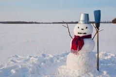 Μόνος χιονάνθρωπος σε ένα χιονώδες πεδίο Στοκ Φωτογραφία
