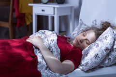 Μόνος ύπνος γυναικών στο κρεβάτι Στοκ Εικόνες