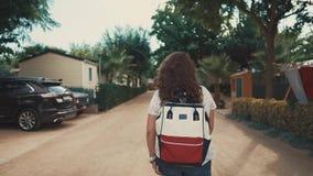 Μόνος townswoman περπατά στις κενές οδούς της μικρής προαστιακής πόλης το καλοκαίρι απόθεμα βίντεο