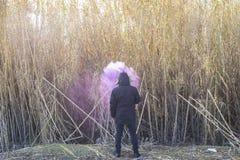 Μόνο, άτομο με τον καπνό στο κεφάλι του σε μια μόνη θέση, έννοια απομονωμένη Στοκ εικόνες με δικαίωμα ελεύθερης χρήσης