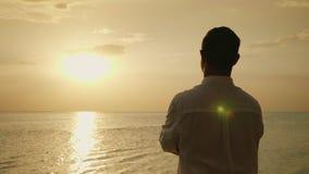 Μόνο άτομο που αναμένει με ενδιαφέρον το ηλιοβασίλεμα πέρα από τη θάλασσα υποστηρίξτε την όψη ειδύλλιο και διακοπές εν πλω 4K σε  απόθεμα βίντεο