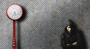 Μόνο άτομο που περιμένει κάποιο για μακροπρόθεσμο με τον παλαιό πόλο ρολογιών Στοκ εικόνες με δικαίωμα ελεύθερης χρήσης