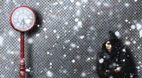 Μόνο άτομο που περιμένει κάποιο στη λυπημένη συγκίνηση μεταξύ της πτώσης χιονιού Στοκ Φωτογραφίες