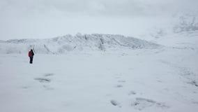 Μόνο άτομο στον παγετώνα του ηφαιστείου Antisana μια νεφελώδη ημέρα στην οικολογική επιφύλαξη Antisana Στοκ Φωτογραφίες