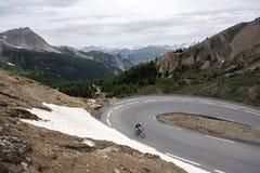 Μόνο άτομο στο ποδήλατο σχεδόν στην κορυφή του συνταγματάρχη d ` izoard στη γαλλική Haute Provence στοκ εικόνες