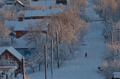 Μόνο αγόρι σε μια χιονώδη οδό Στοκ εικόνα με δικαίωμα ελεύθερης χρήσης