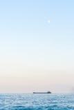 Μόνο βυτιοφόρο κάτω από το φεγγάρι Στοκ Εικόνες