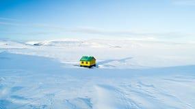 Μόνο ζωηρόχρωμο σπίτι στη μέση του πουθενά στον άσπρο μπλε ουρανό χιονιού της χειμερινής Ισλανδίας στοκ φωτογραφία με δικαίωμα ελεύθερης χρήσης