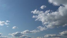 Μόνο θερινός μπλε ουρανός με γρήγορα να κινηθεί πλησιάζοντας μας μεταμορφικά άσπρα σύννεφα Πλήρες μήκος σε πόδηα χρονικού σφάλματ απόθεμα βίντεο