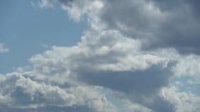 Μόνο θερινός μπλε ουρανός με τα δυναμικά άσπρος-γκρίζα σύννεφα Ο ουρανός επισκιάζει το βαρύ σκοτεινό σύννεφο Πλήρες μήκος σε πόδη απόθεμα βίντεο