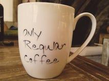 Μόνο κανονικός καφές που γράφει στο φλυτζάνι στοκ εικόνες με δικαίωμα ελεύθερης χρήσης
