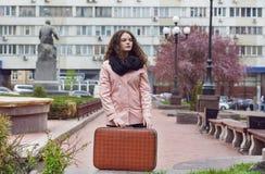 Μόνο κορίτσι που μένει στην κενή οδό με την αναδρομική βαλίτσα Μεγάλη μοναξιά πόλεων Στοκ φωτογραφία με δικαίωμα ελεύθερης χρήσης