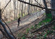 Μόνο κορίτσι που στο δάσος με ένα ραβδί στοκ εικόνες