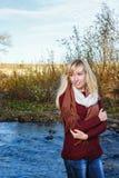 Μόνο κορίτσι στις όχθεις του ποταμού στοκ εικόνες με δικαίωμα ελεύθερης χρήσης