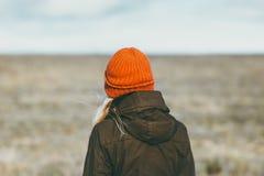 Μόνο λιβάδι περπατήματος γυναικών στην έννοια τρόπου ζωής ταξιδιού υποβάθρου υπαίθρια Στοκ Εικόνα