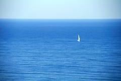 μόνο να επιπλεύσει βαρκών ναυσιπλοΐας ενάντια στην μπλε θάλασσα στοκ φωτογραφίες με δικαίωμα ελεύθερης χρήσης