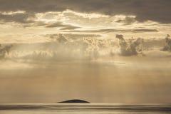 Μόνο νησί στα sunrays Στοκ Εικόνες