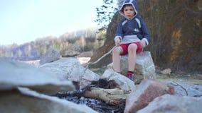 Μόνο παιδί με μια πυρκαγιά απόθεμα βίντεο